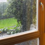 Holzfenster mit Regen